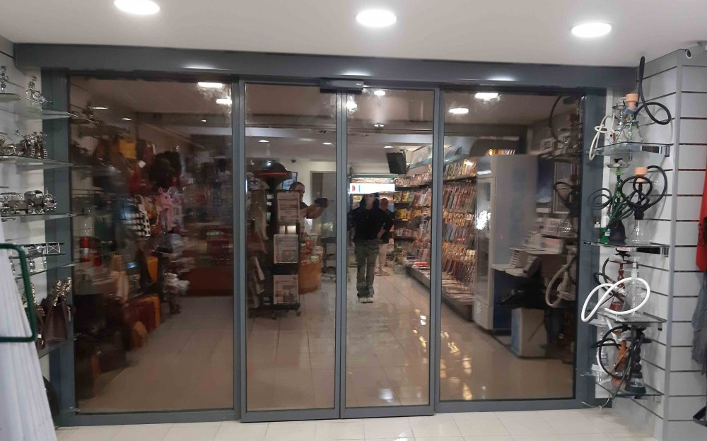Pose et installation de vitrine et de porte automatique en acier à Beaurepaire